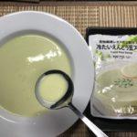 セブンプレミアム:冷たいえんどう豆スープをスプーンですくったところ