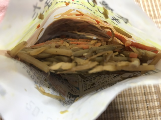 セブンプレミアム:食感良く炒めたきんぴらごぼう 袋を開封したところ