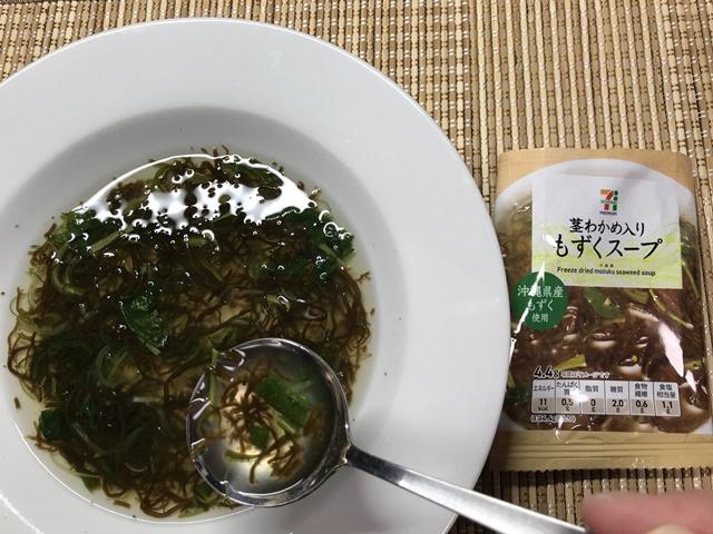 セブンプレミアム:茎わかめ入りもずくスープをスプーンですくったところ