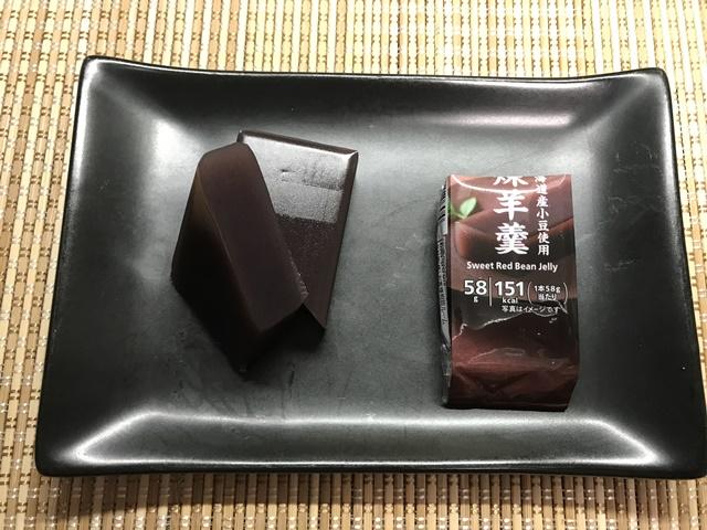 セブンプレミアム:北海道小豆使用 煉羊羹を切って小皿に乗せたところ