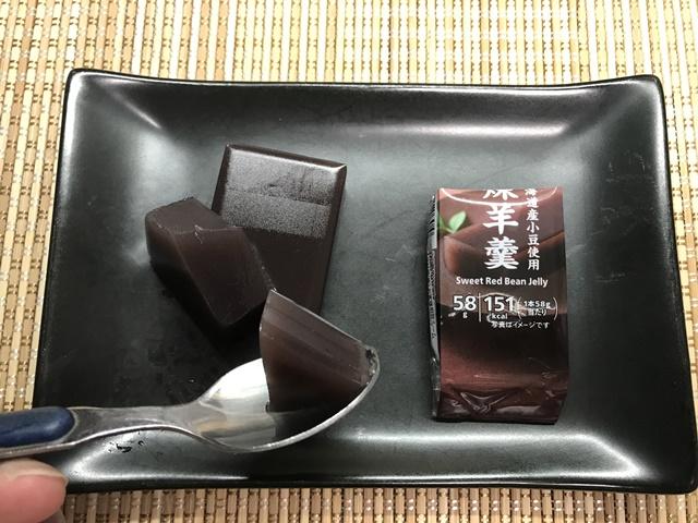 セブンプレミアム:北海道小豆使用 煉羊羹をスプーンですくったところ