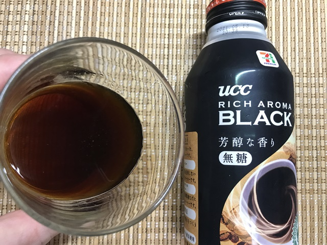 セブンプレミアム:リッチアロマブラックをグラスに注いだところ