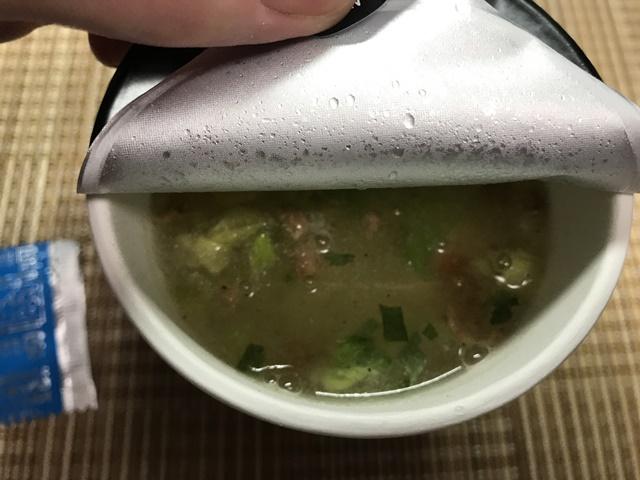 セブンプレミアム:スパイスの刺激が後引く 胡椒塩そば お湯を入れたところ