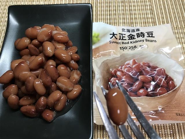 セブンプレミアム:北海道大正金時豆をフォークですくったところ