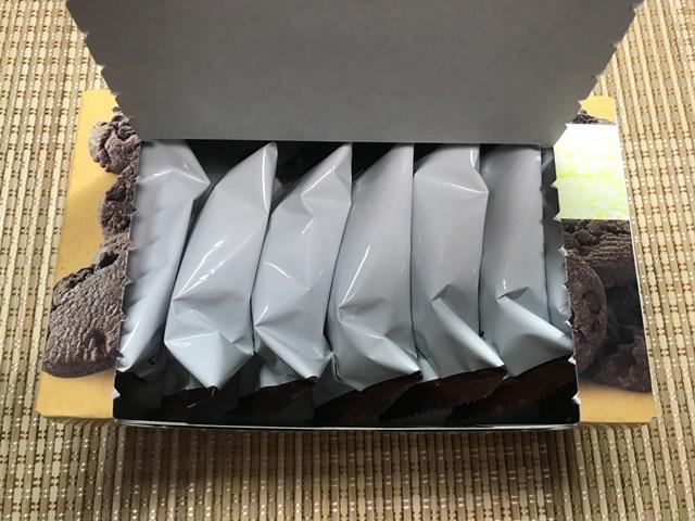 セブンプレミアム:たっぷりチョコのチョコチップクッキー 箱を開けたところ