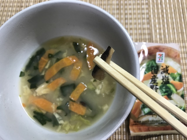 セブンプレミアム:減塩国産野菜 味噌汁 しいたけをつまんだところ
