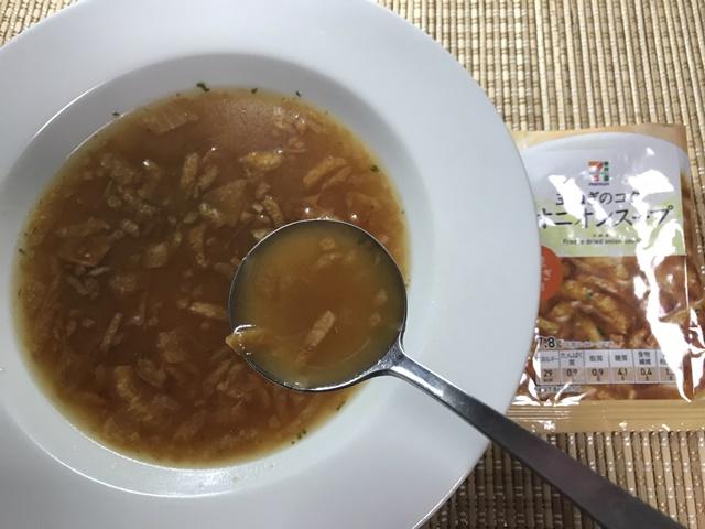 セブンプレミアム:フリーズドライ オニオンスープをスプーンですくったところ