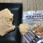 セブンプレミアム:北海道男爵いもの明太ポテトサラダをフォークですくったところ