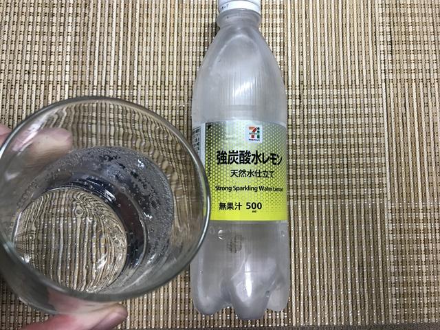 セブンプレミアム:強炭酸水レモンをグラスに注いだところ