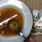 セブンプレミアム:酸辣湯スープをスプーンですくったところ