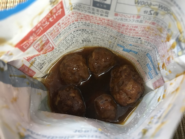 セブンプレミアム:たけのこが入った甘酢肉だんご チンし終わって袋を開けたところ