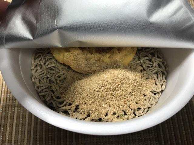 セブンプレミアム:天ぷらそば 粉末スープを入れたところ