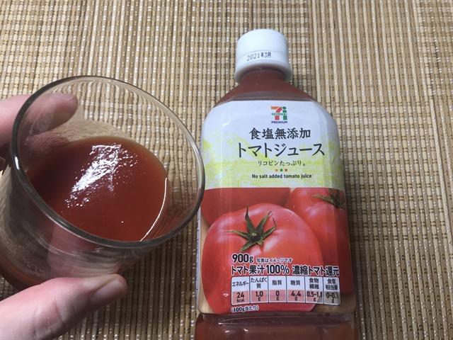 セブンプレミアム:食塩無添加トマトジュースをグラスに注いだところ