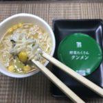 セブンプレミアム:野菜沢山タンメンを箸でつまんだところ