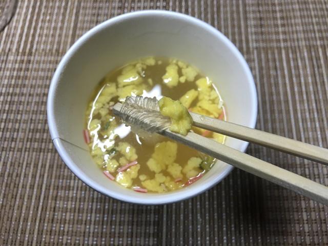 セブンプレミアム:かきたま春雨スープを箸でつまんだところ