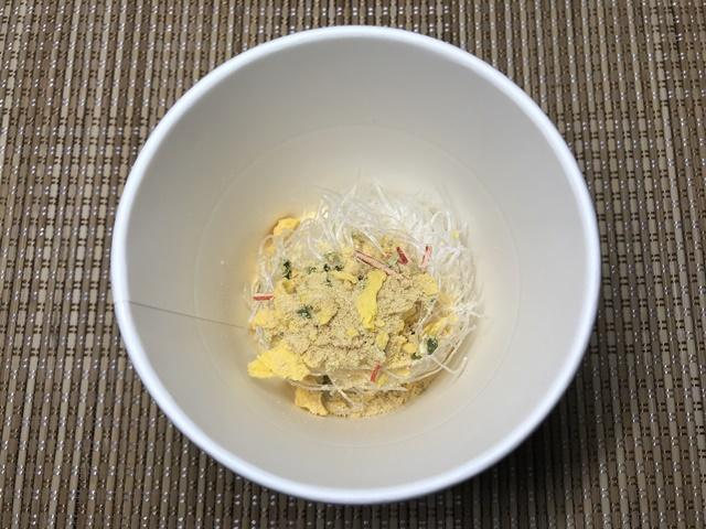 セブンプレミアム:かきたま春雨スープ 粉末スープとかやくを入れたところ
