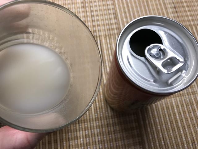 セブンプレミアム:あま酒をグラスに注いだところ