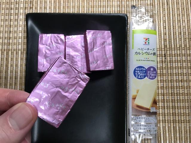 セブンプレミアム:ベビーチーズ カルシウム+鉄 袋を開封し1つ持ったところ