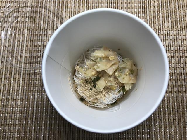 セブンプレミアム:ワンタン春雨スープ 粉末スープと火薬を入れたところ