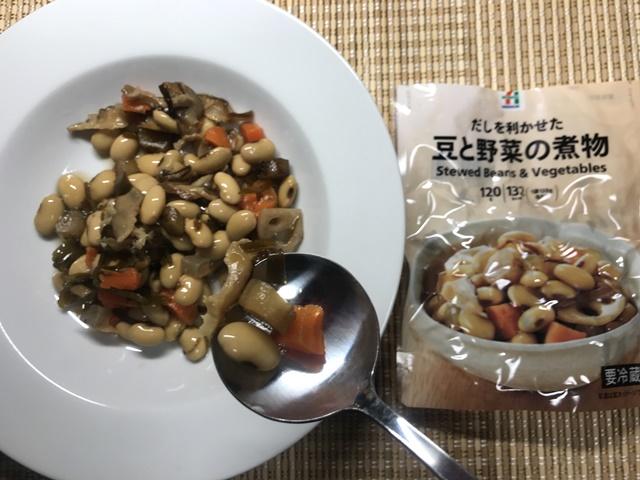 セブンプレミアム:豆と野菜の煮物をスプーンですくったところ