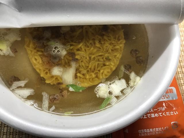 セブンプレミアム ゴールド:すみれ 濃厚味噌 お湯を注いだところ